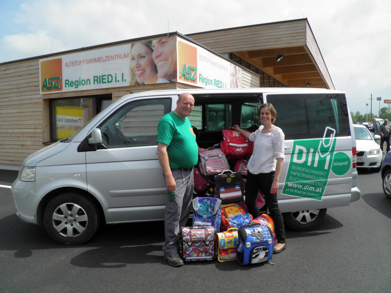 Übergabe Schultaschensammelaktion 2012